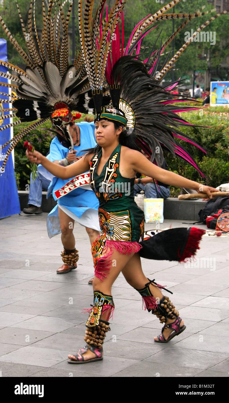 Junge Mexikanische Frau Tanzen In Einer Aztekischen Kostüm