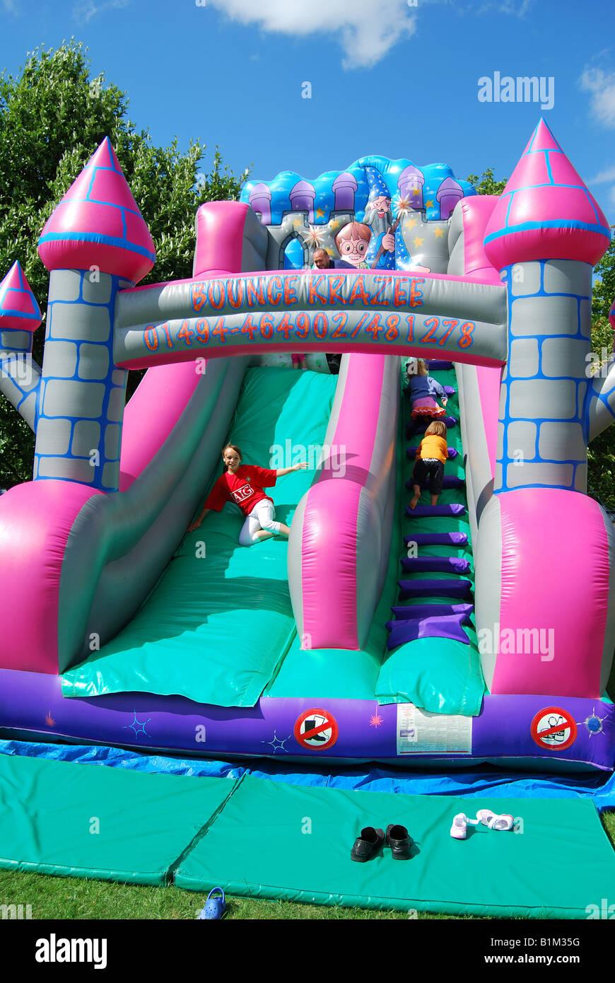 Kinder Hüpfburg, Egham Leisure Centre, Egham, Surrey, England, Vereinigtes Königreich Stockbild