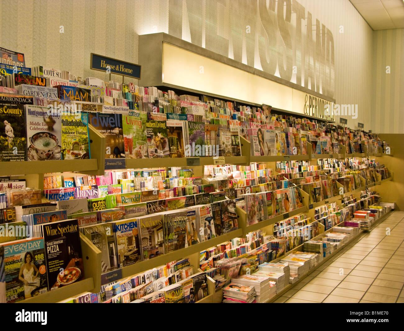 Barnes Noble Magazin Und Periodische Rack Stockfoto Bild