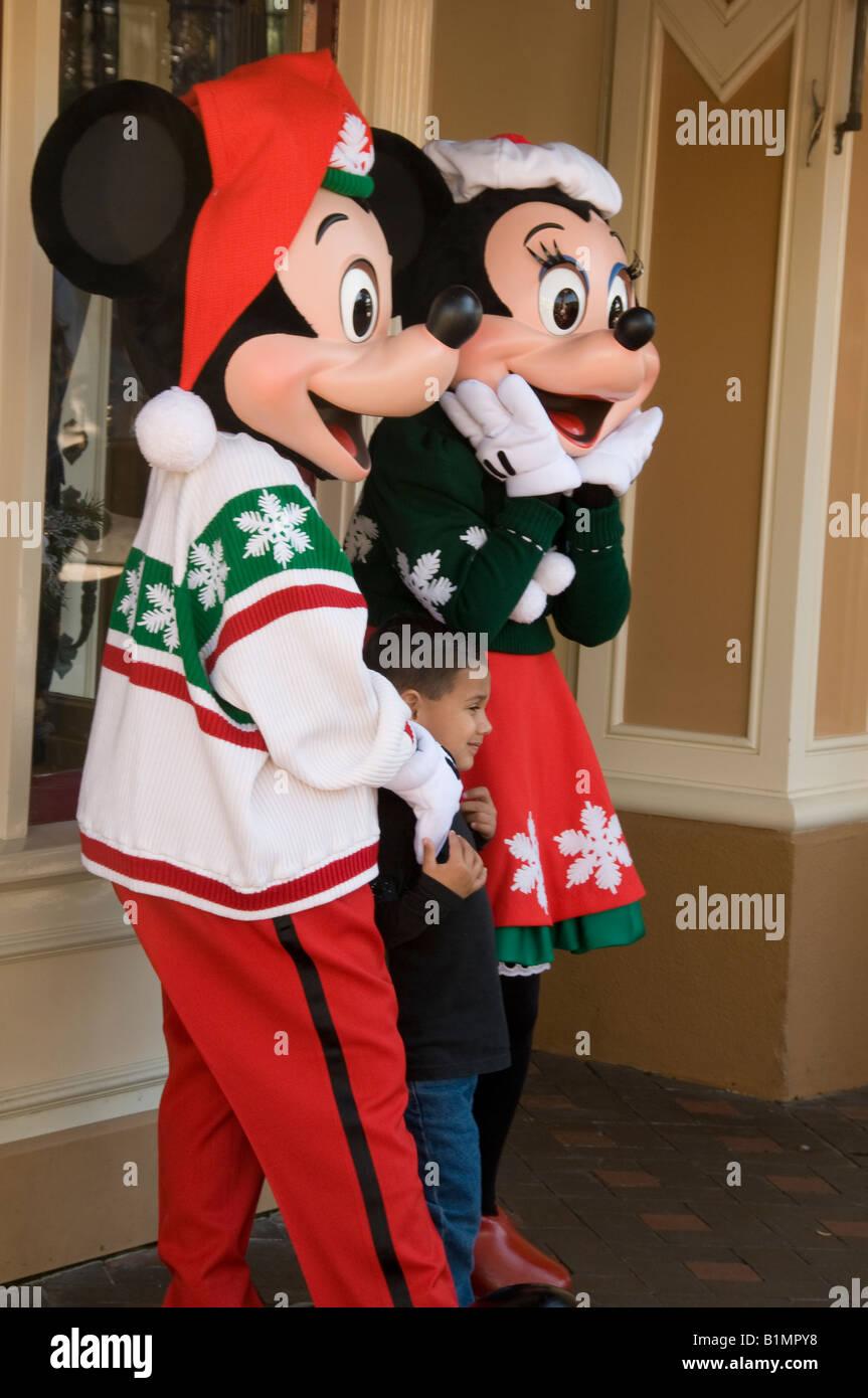 Weihnachtsbilder Suchen.Micky Und Minnie Mouse Posieren Für Weihnachtsbilder Auf Main Street