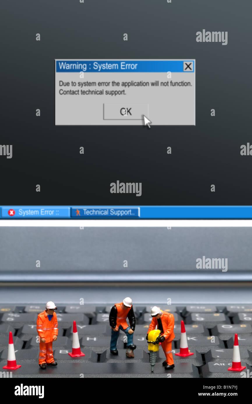 Miniatur-Arbeiter eine Systemfehlermeldung Computer Tastatur auf dem Bildschirm Teil einer Serie von Bildern entlang Stockbild