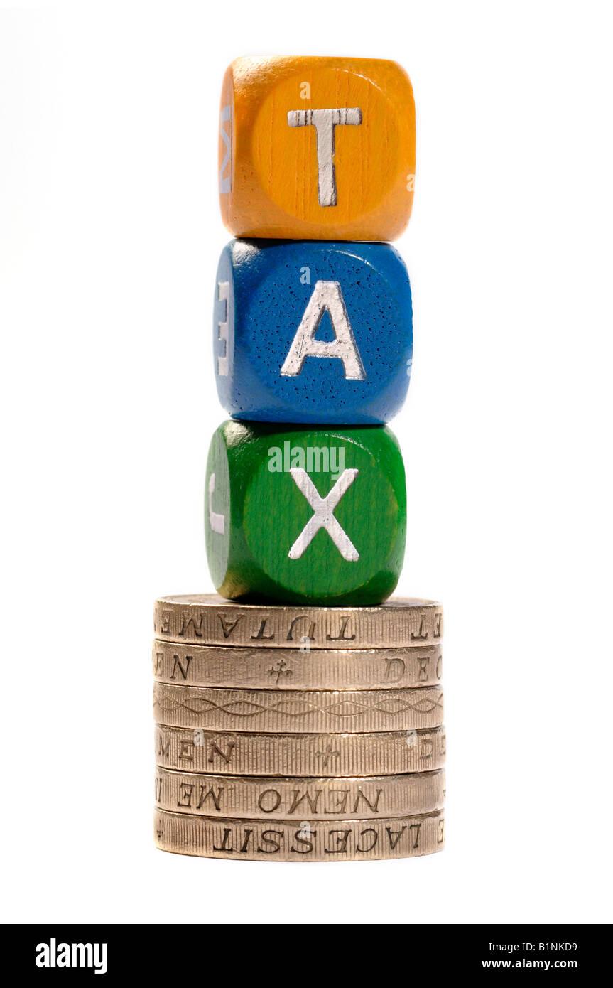 Steuer-Würfel und Münzen-Konzept Stockbild