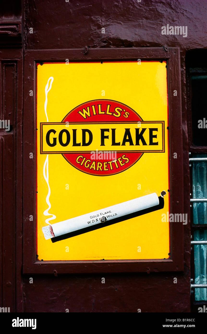 Dublin, Detail - altmodisch, Zigarettenwerbung Stockbild
