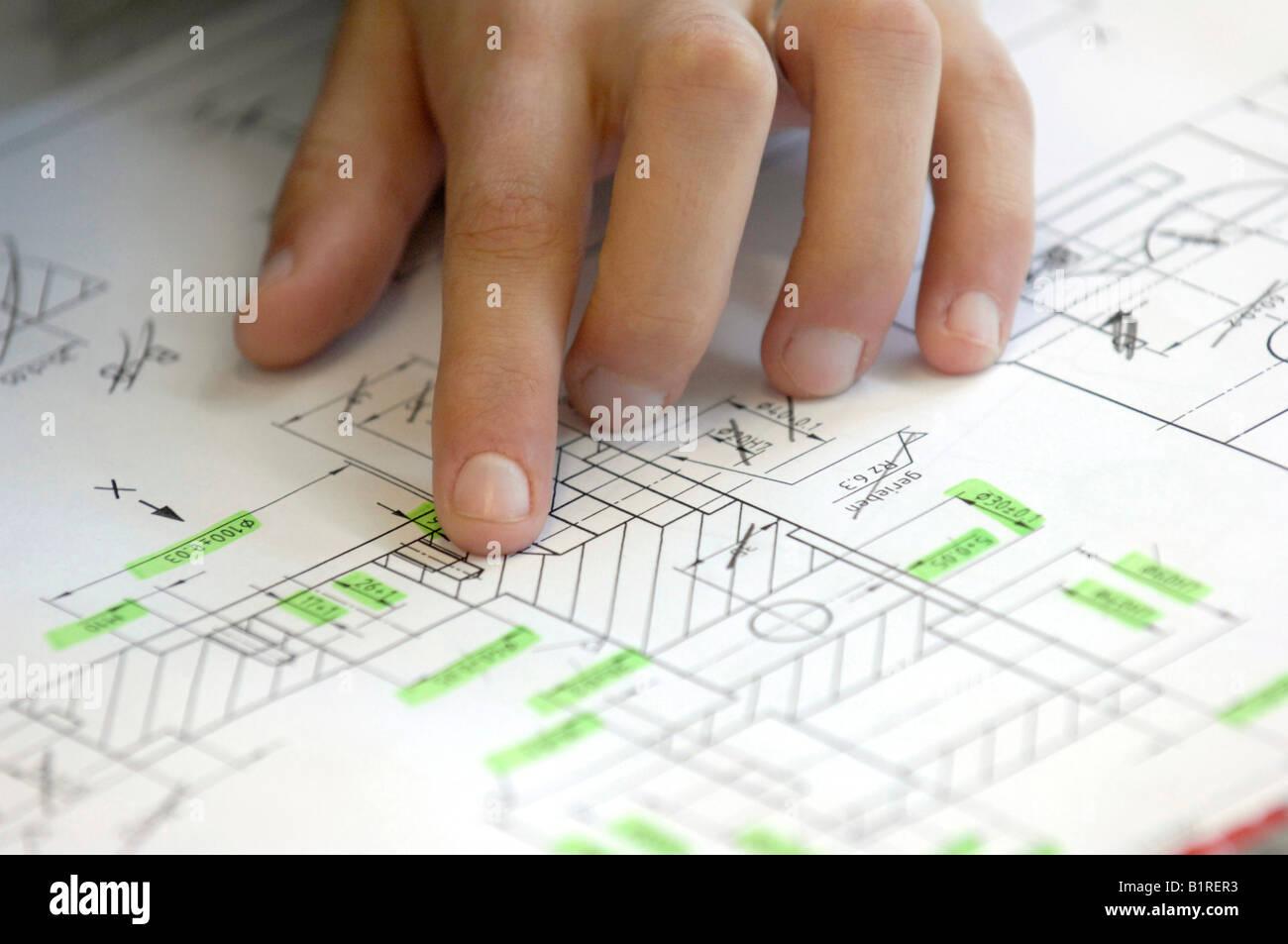 Zeichnerin mit der Hand auf einen Bauplan, Baupläne, Layout, Heidenheim, Baden-Württemberg, Deutschland, Stockbild