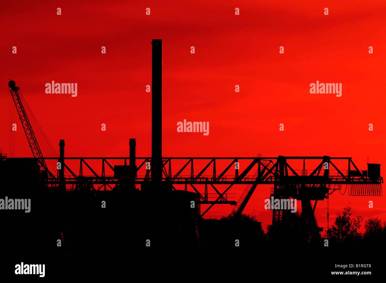 Krane, die Silhouette einer Industrieanlage, Düsseldorf, Nordrhein-Westfalen, Deutschland Stockbild
