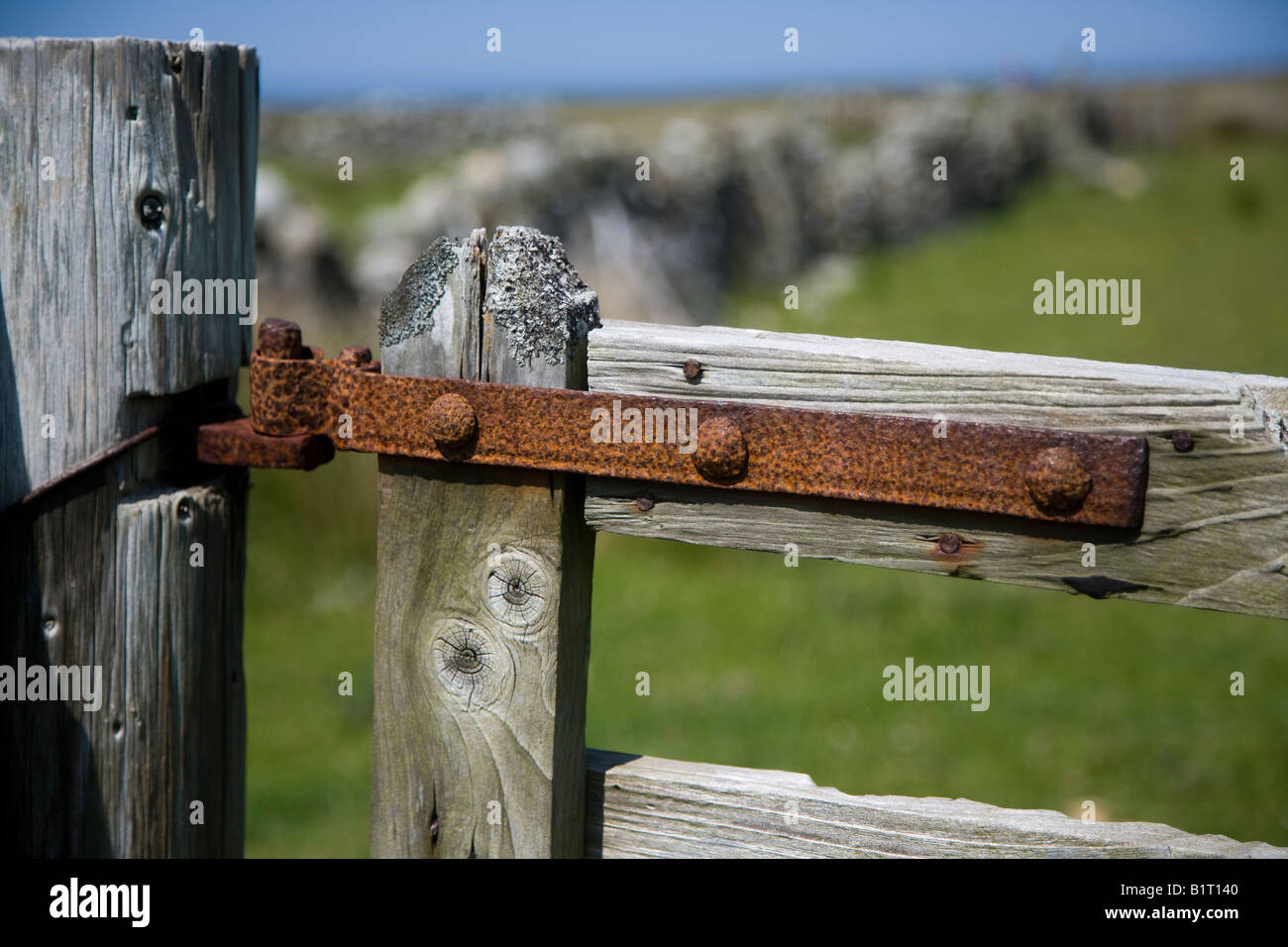 rostige tor scharnier stockfoto, bild: 18352768 - alamy