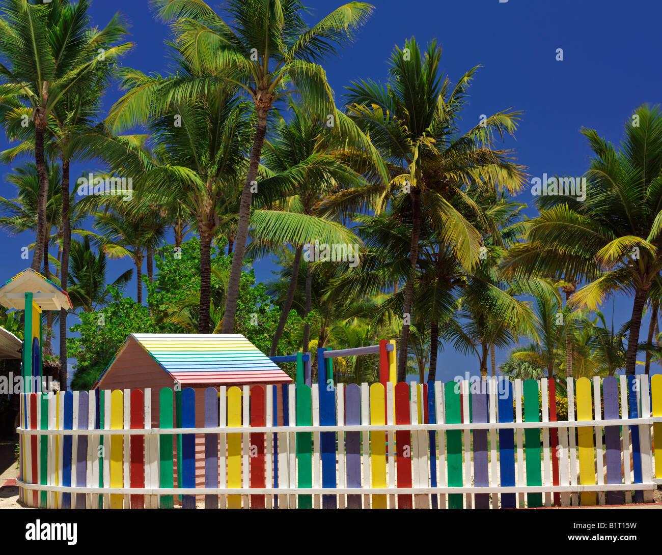 Dominikanische Republik Punta Cana Bavaro Beach Multi farbige Lattenzaun und Palmen Stockbild