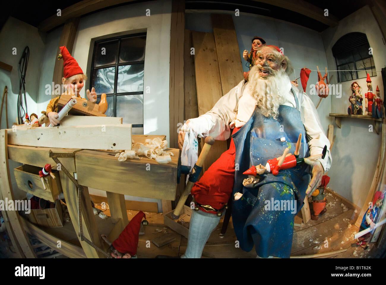 für Weihnachten dekoriert Schaufenster zeigt animierte Märchen ...