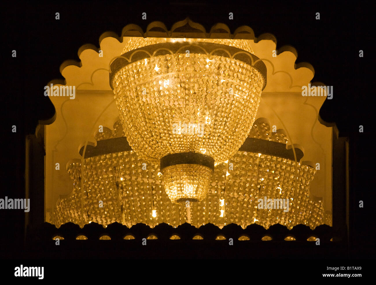 der crystal ballroom kronleuchter in der city palace udaipur von maharaja udai singh ll 1600 n chr rajasthan indien gebaut - Kronleuchter In Indien