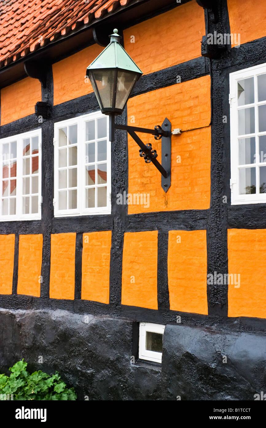 Orange eine halbe Fachwerkhaus und eine Wandlampe auf Kosten des ...