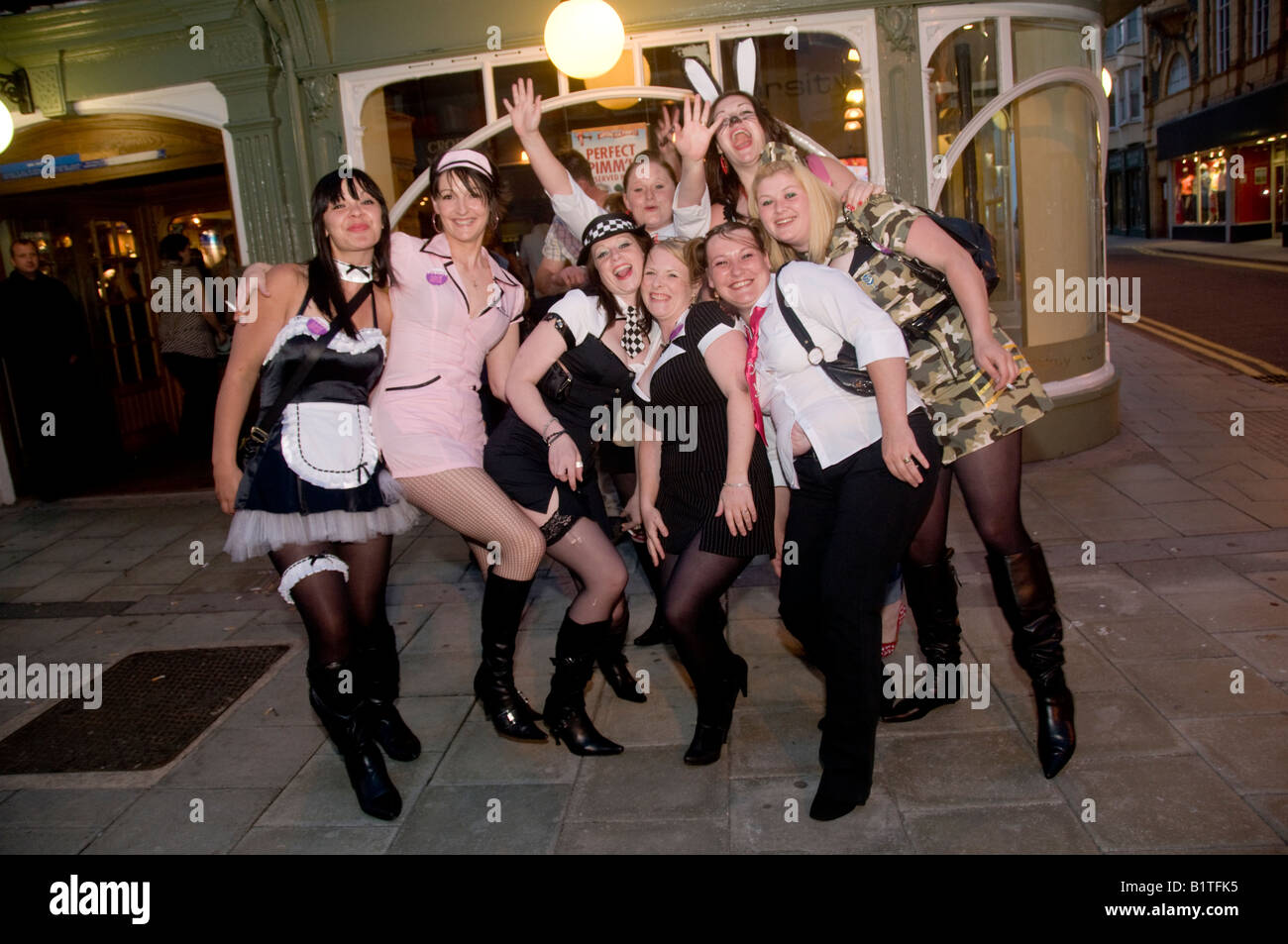Gruppe von jungen Frauen Mädchen in verschiedenen Faschings-Outfits ...