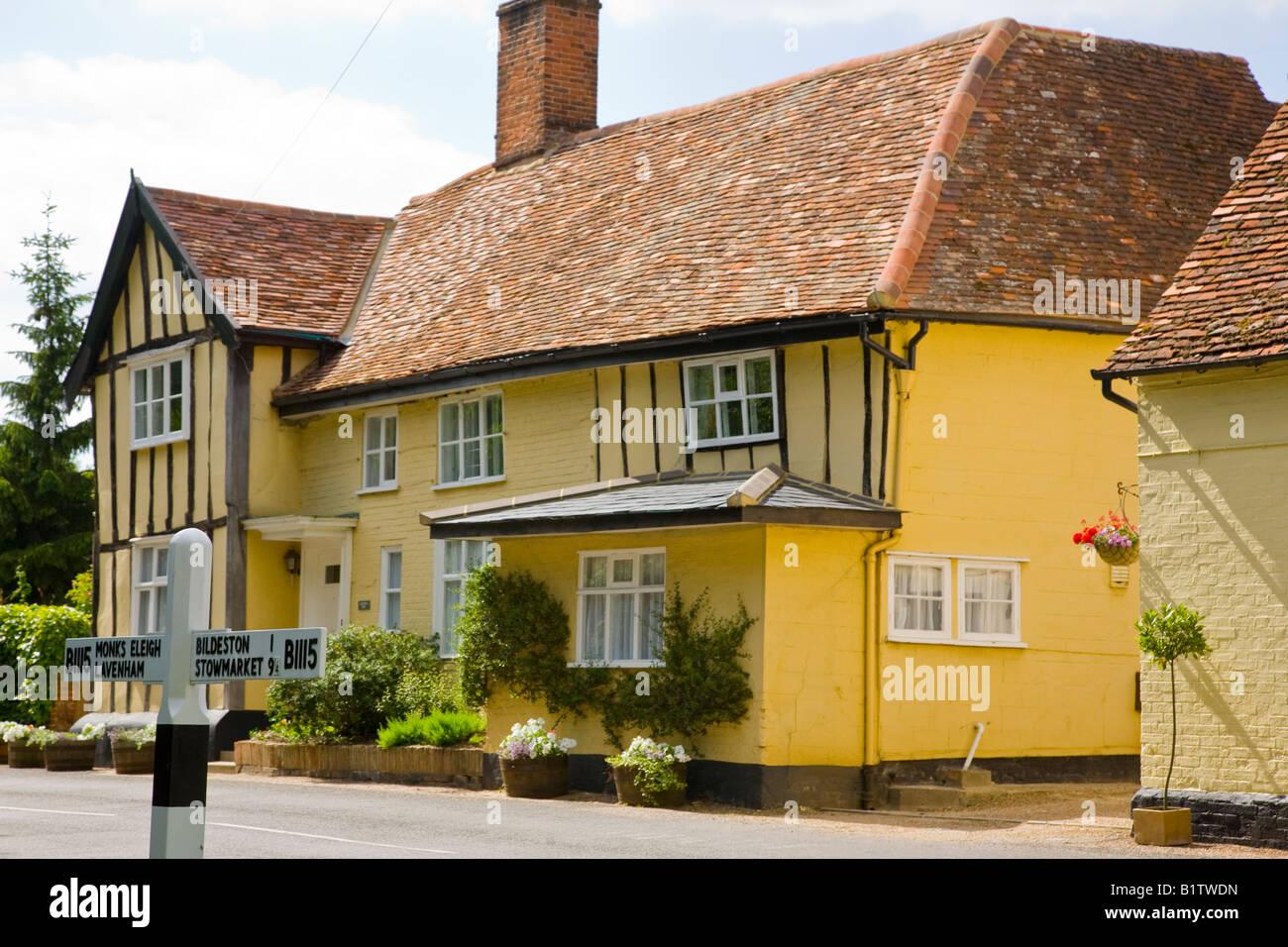 Peackock Inn Gasthaus mit Finger Post im Chelsworth Suffolk England UK Stockbild