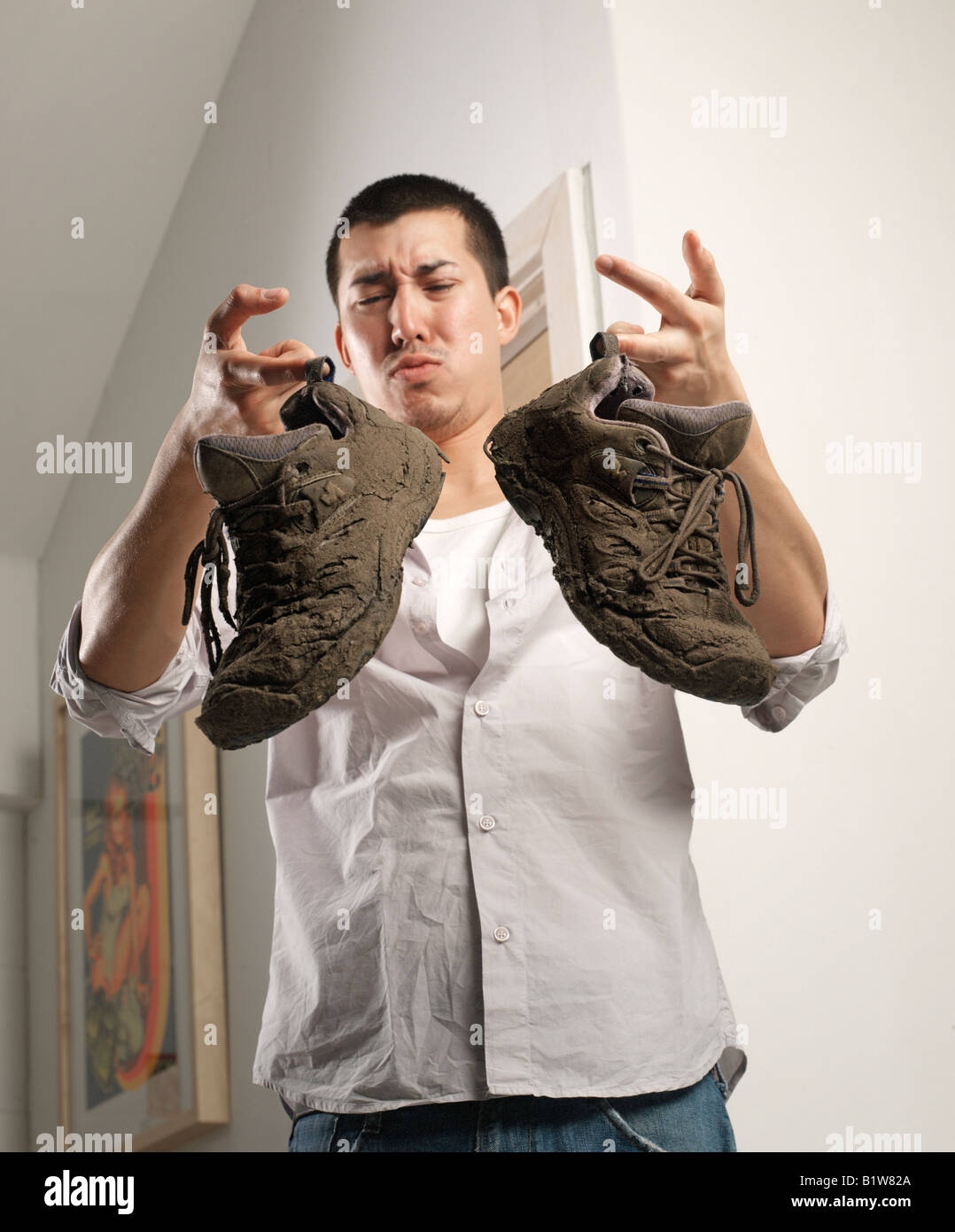 orientalische Mann, stinkende und schmutzige Schuhe Stockbild