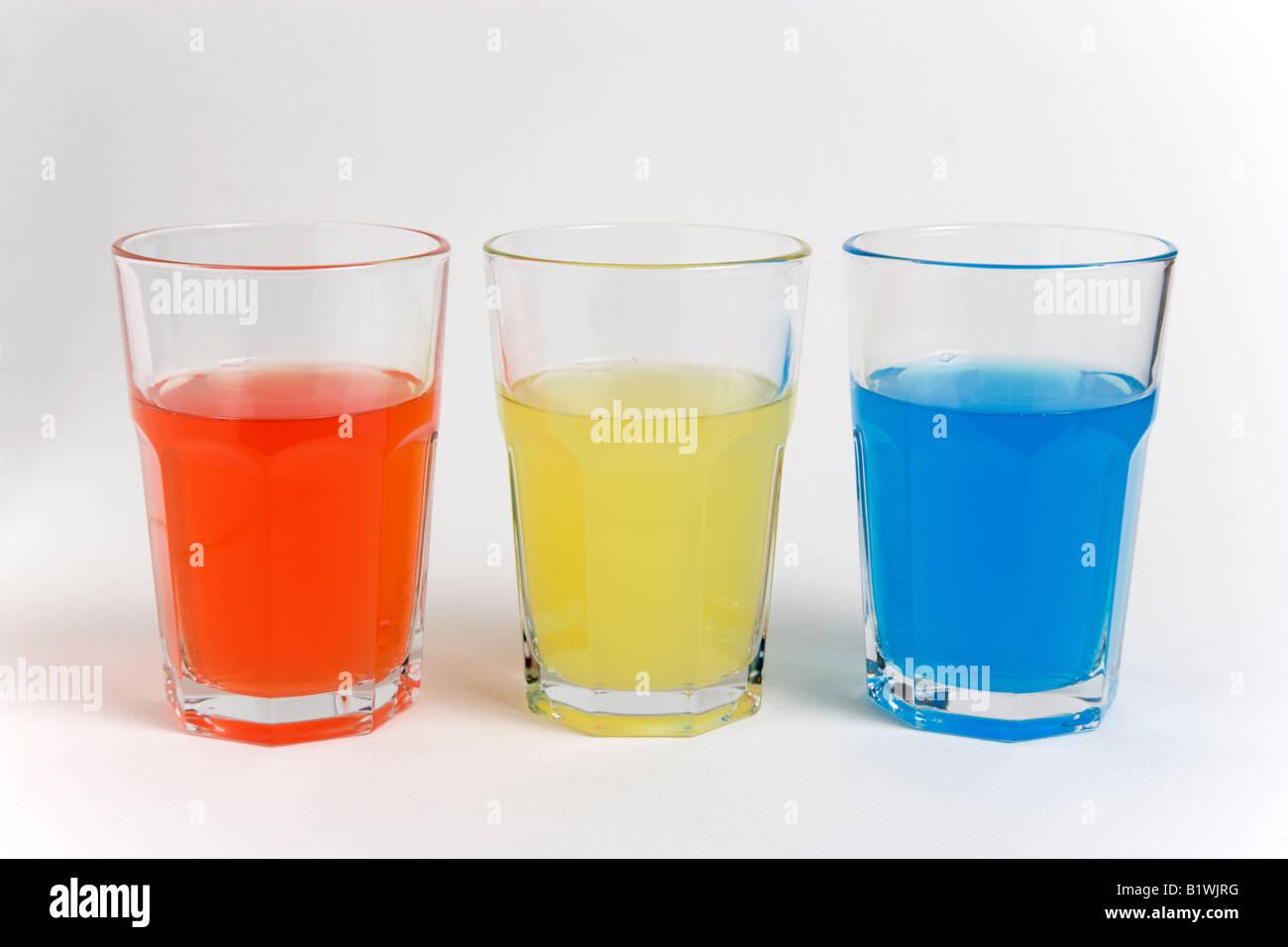 Trinken Sie alkoholfreie Getränke Zucker Soda Gläser mit hellen ...