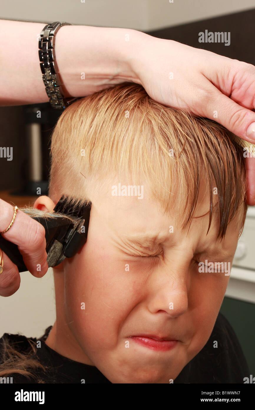 Ein Professioneller Friseur Schneiden Einer Jungen Haar Kurz