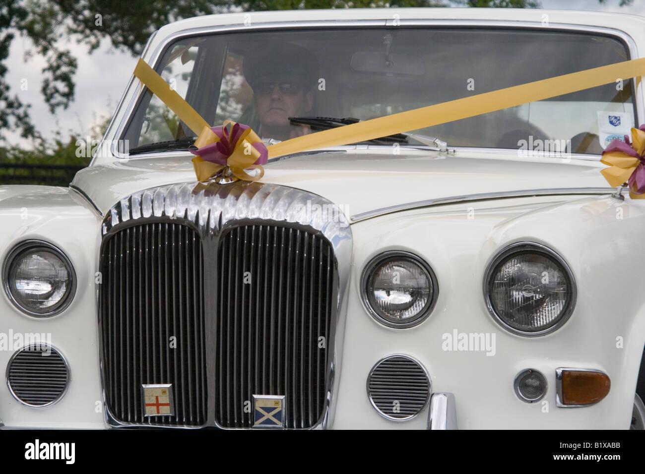 Vor Der Hochzeit Auto Weissen Bentley Mit Hochzeit Bander Und Blumen