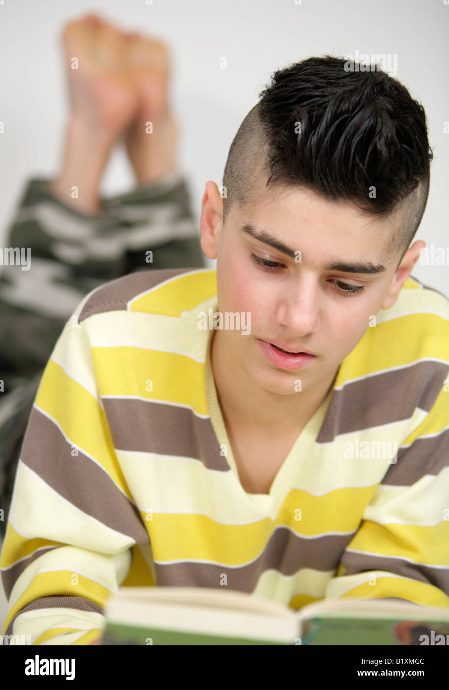 Porträt eines jungen Mannes, ein Buch zu lesen Stockfoto
