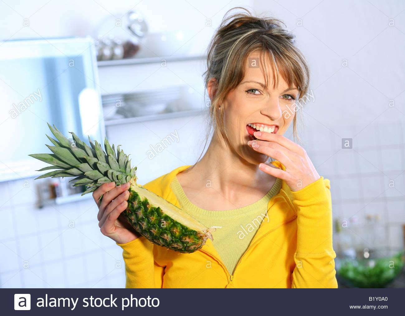 Frau Essen Ananas Stockbild