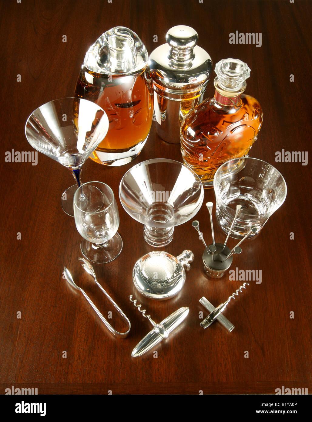 Eine Sammlung von bar-Geschirr - Gläser, Werkzeuge und Alkohol. Stockbild