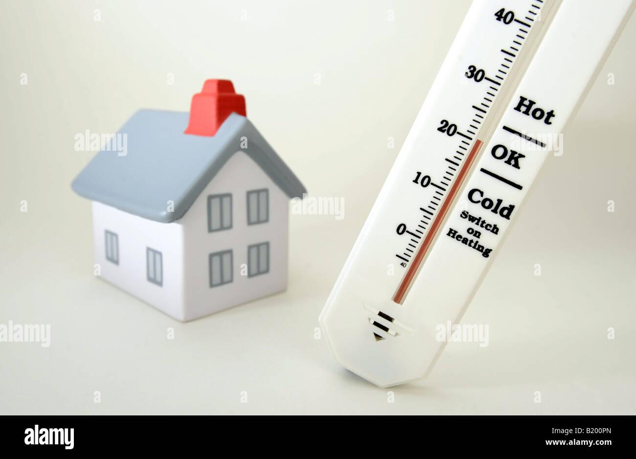 Haus Mit Thermometer Zeigt 20 Grad Celsius Raumtemperatur Re