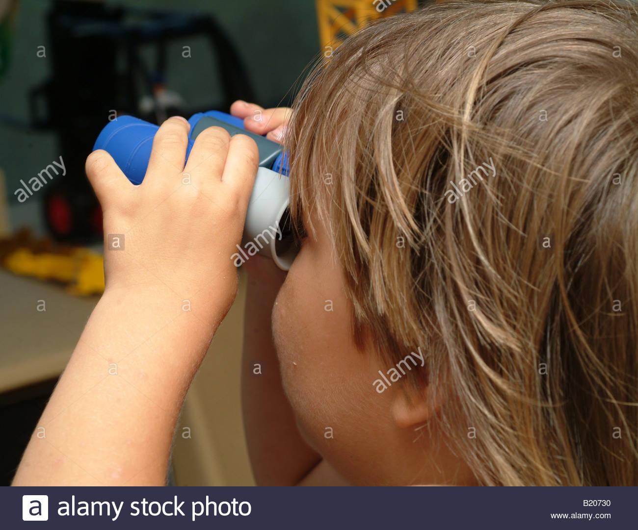 Kind auf der suche zurück zu spielzeug fernglas ansicht des kopfes