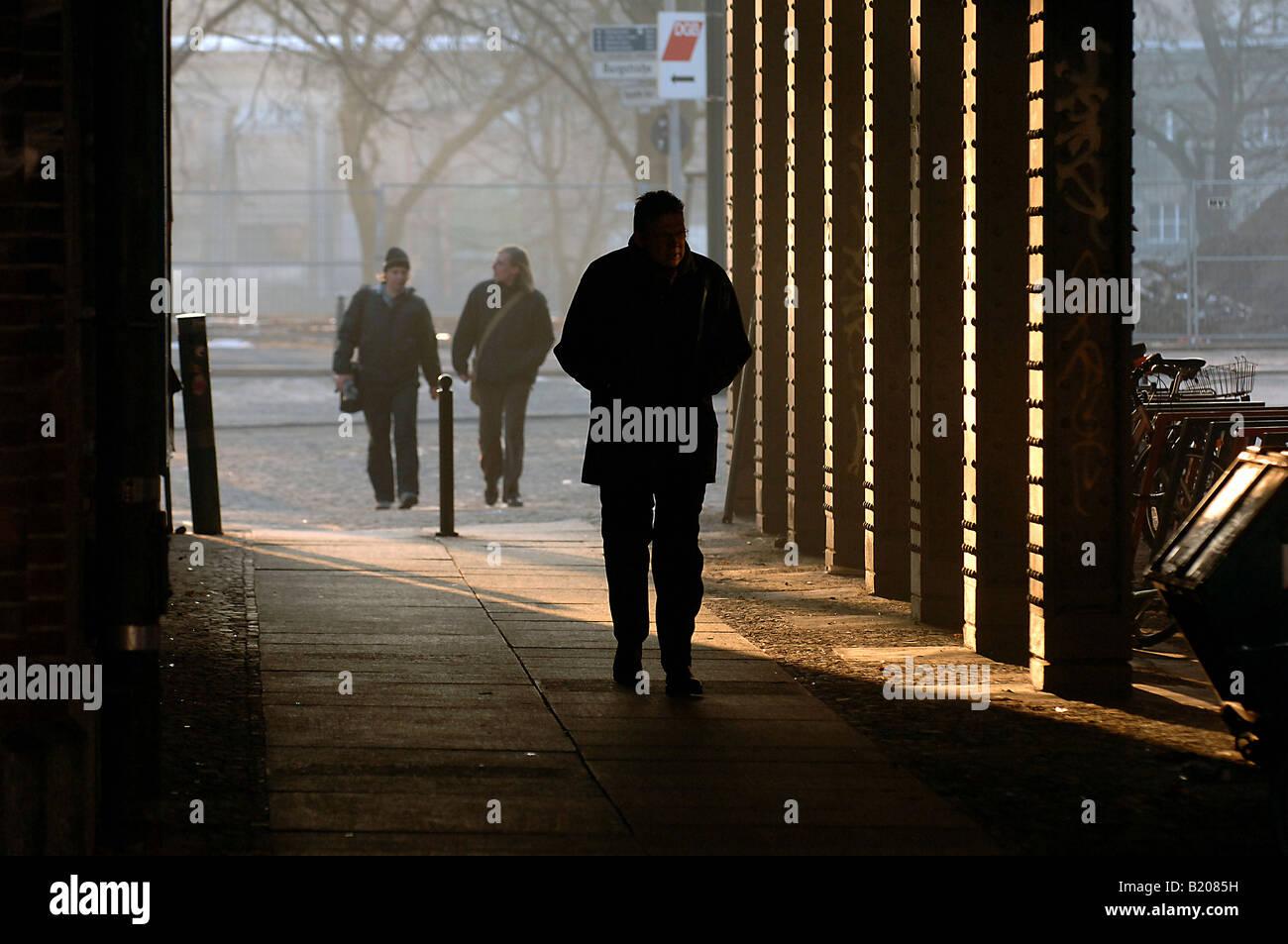 Mann zu Fuß unter einer Brücke, Berlin, Deutschland Stockbild
