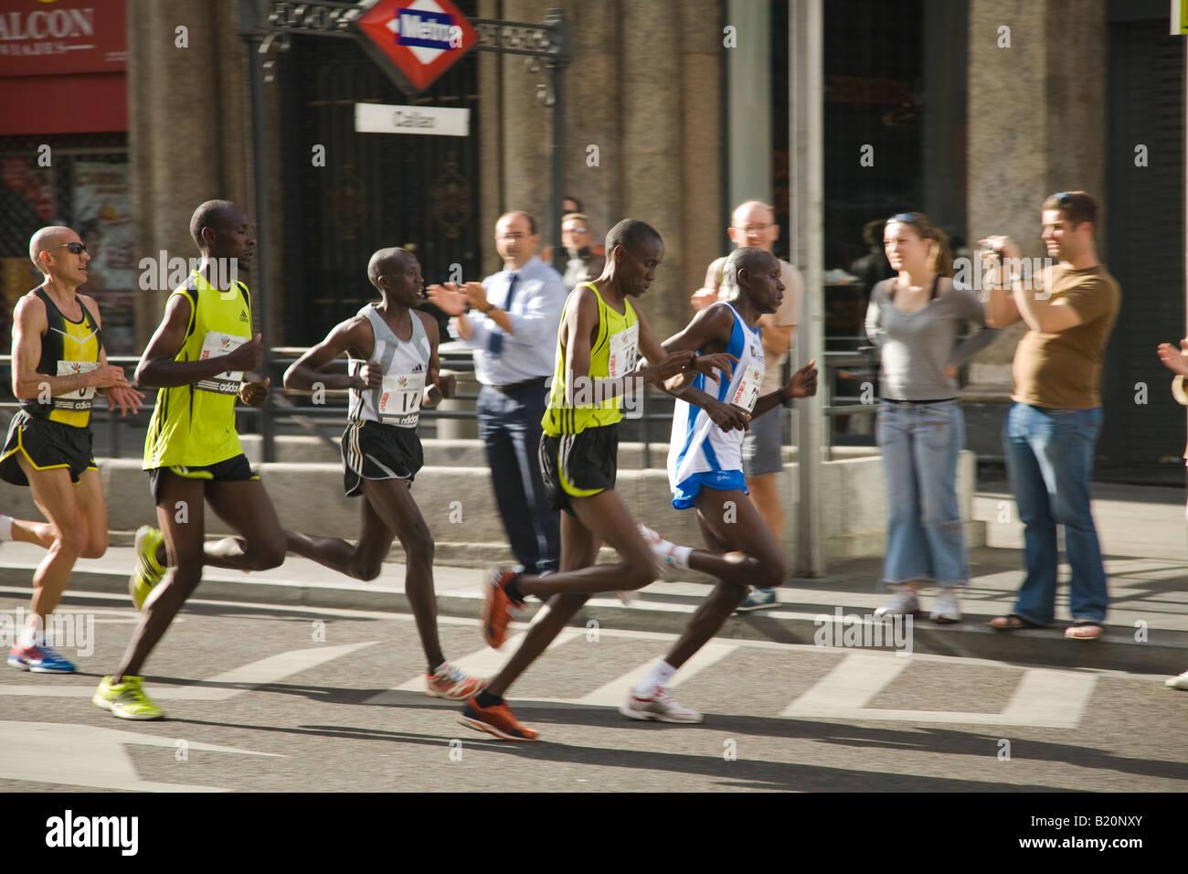 Spanien-Madrid-Läufer im Marathonlauf auf Gran Via Street spanischen ...