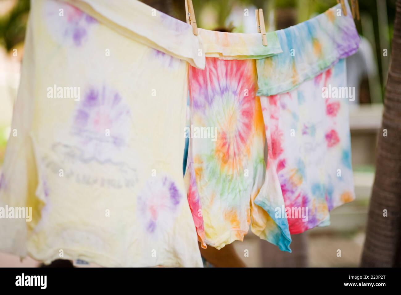 Tye dye T-shirts hängen, Wäscheleine Stockfoto
