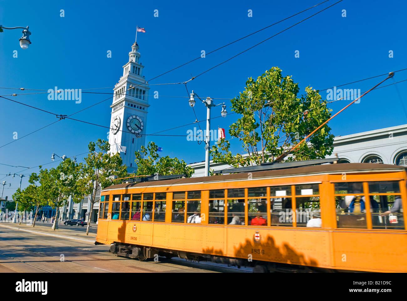 San Francisco, Kalifornien. Straßenbahn auf der Embarcadero mit dem Ferry Building. Stockbild