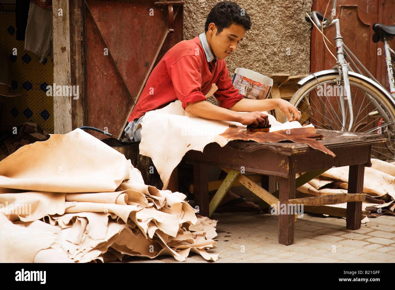 Marrakesch-Mann sterben Leder verbirgt Stockbild