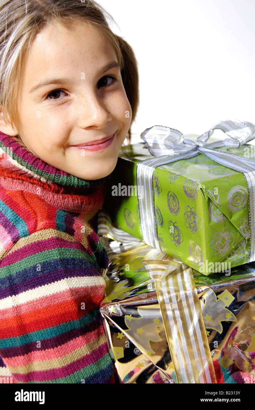 Porträt von Mädchen halten Weihnachtsgeschenke und lächelnd ...
