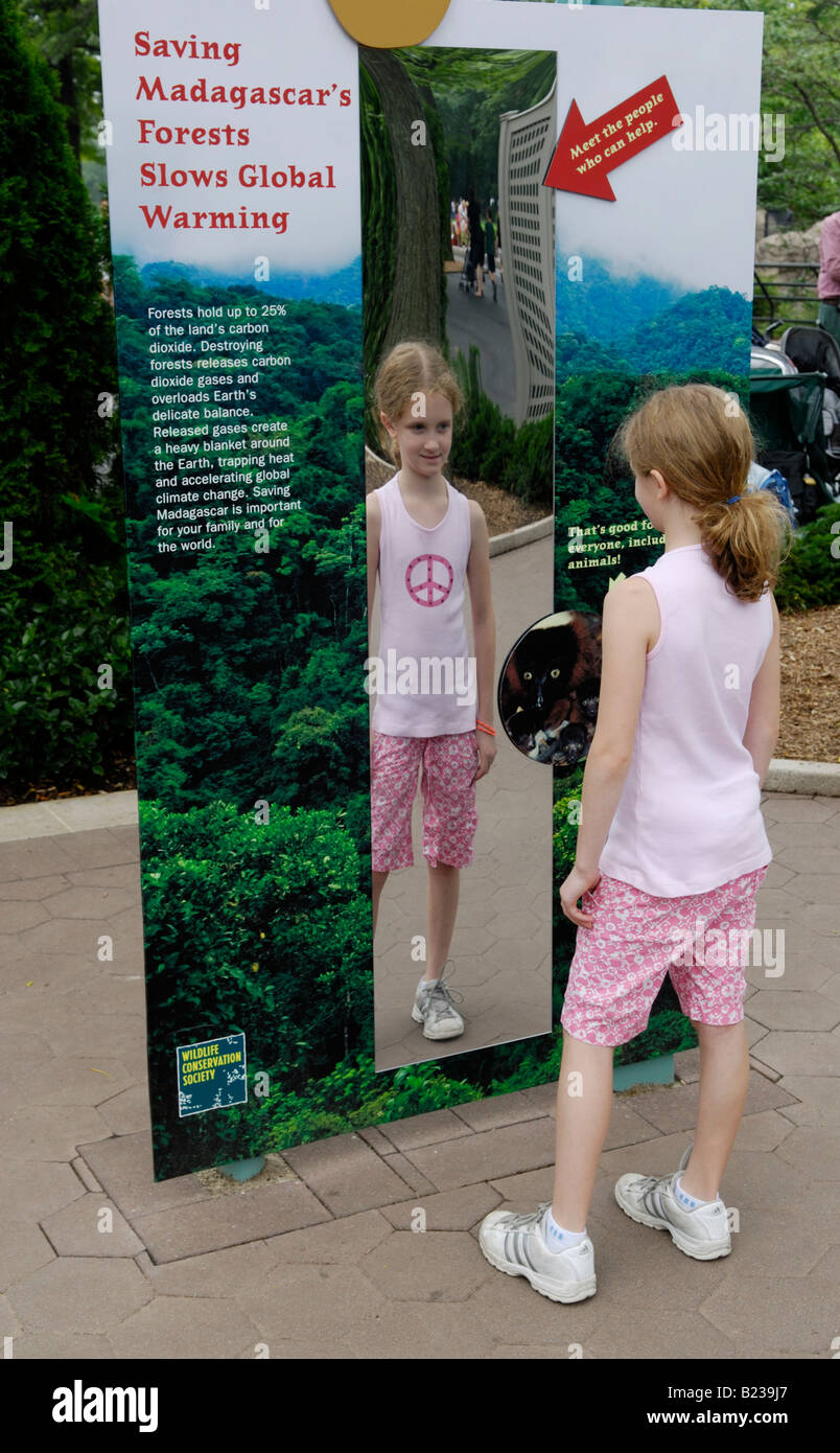 Mädchen, 9,10 auf eine Umweltbildung-Display in einem zoo Stockbild