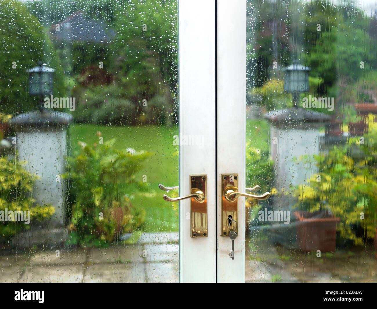 Garten Im Regen Durch Französische Fenster