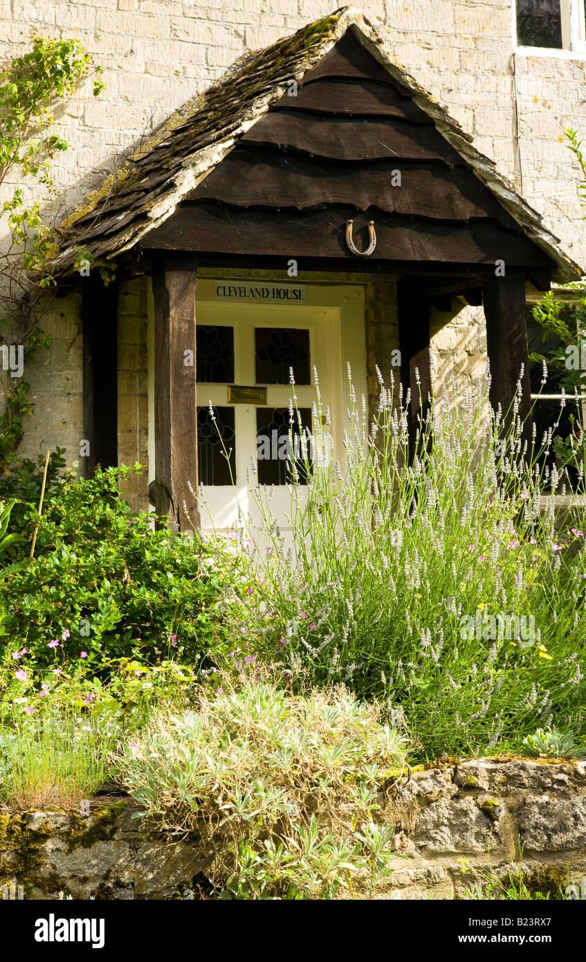 Haustur Und Terrasse Von Einem Rustikal Englischen Landhaus In