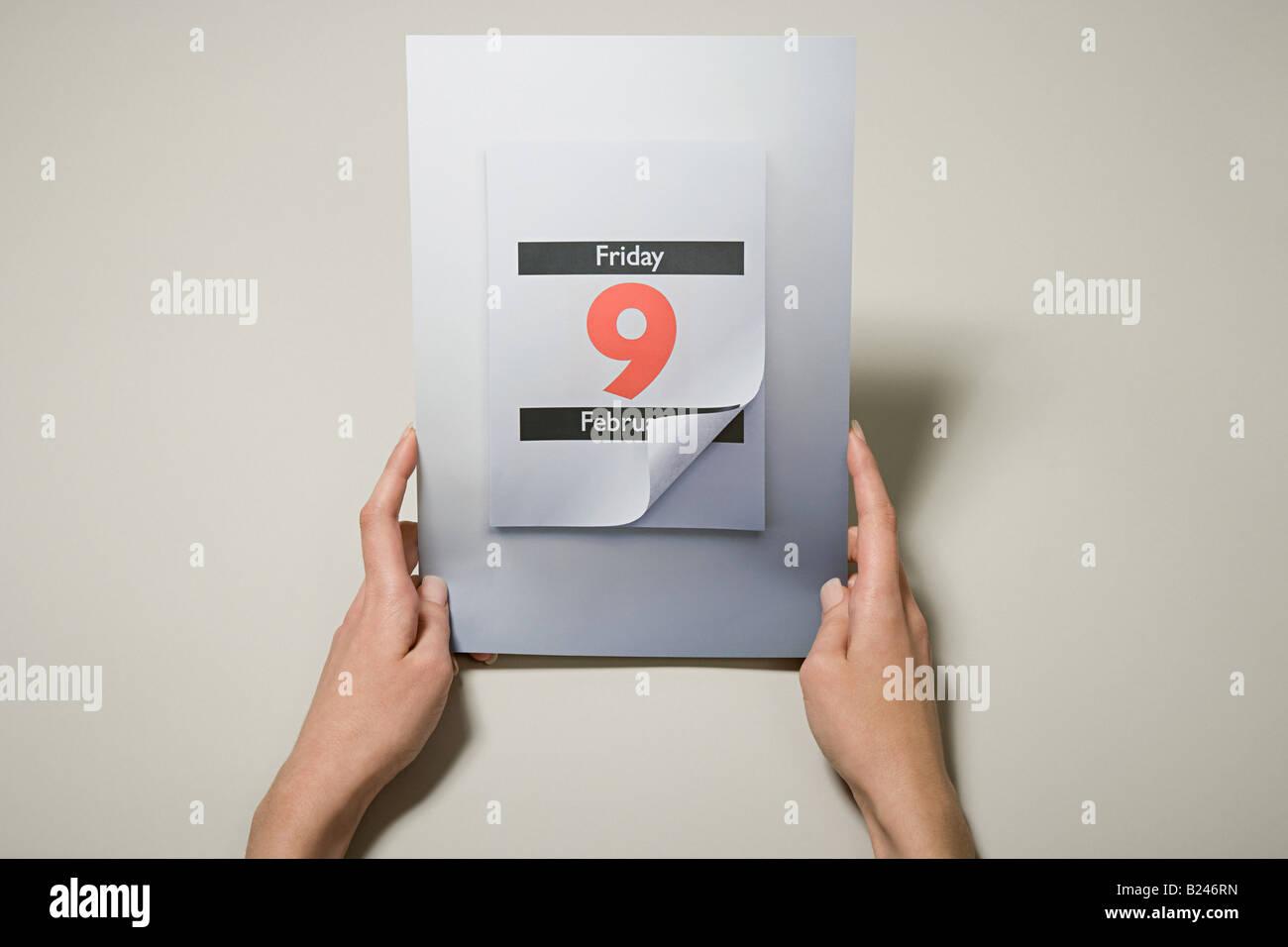 Eine Person, die ein Kalenderdatum Stockbild