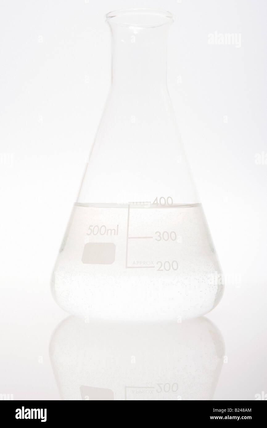 Wasser in einem volumetrischen Kolben Stockbild