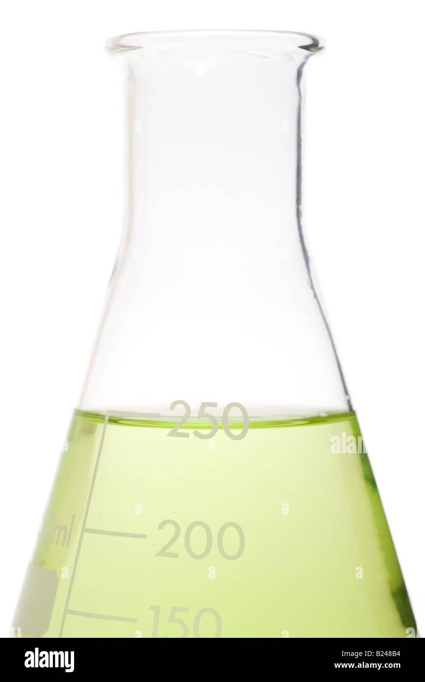 Grüne Flüssigkeit in einem volumetrischen Kolben Stockbild