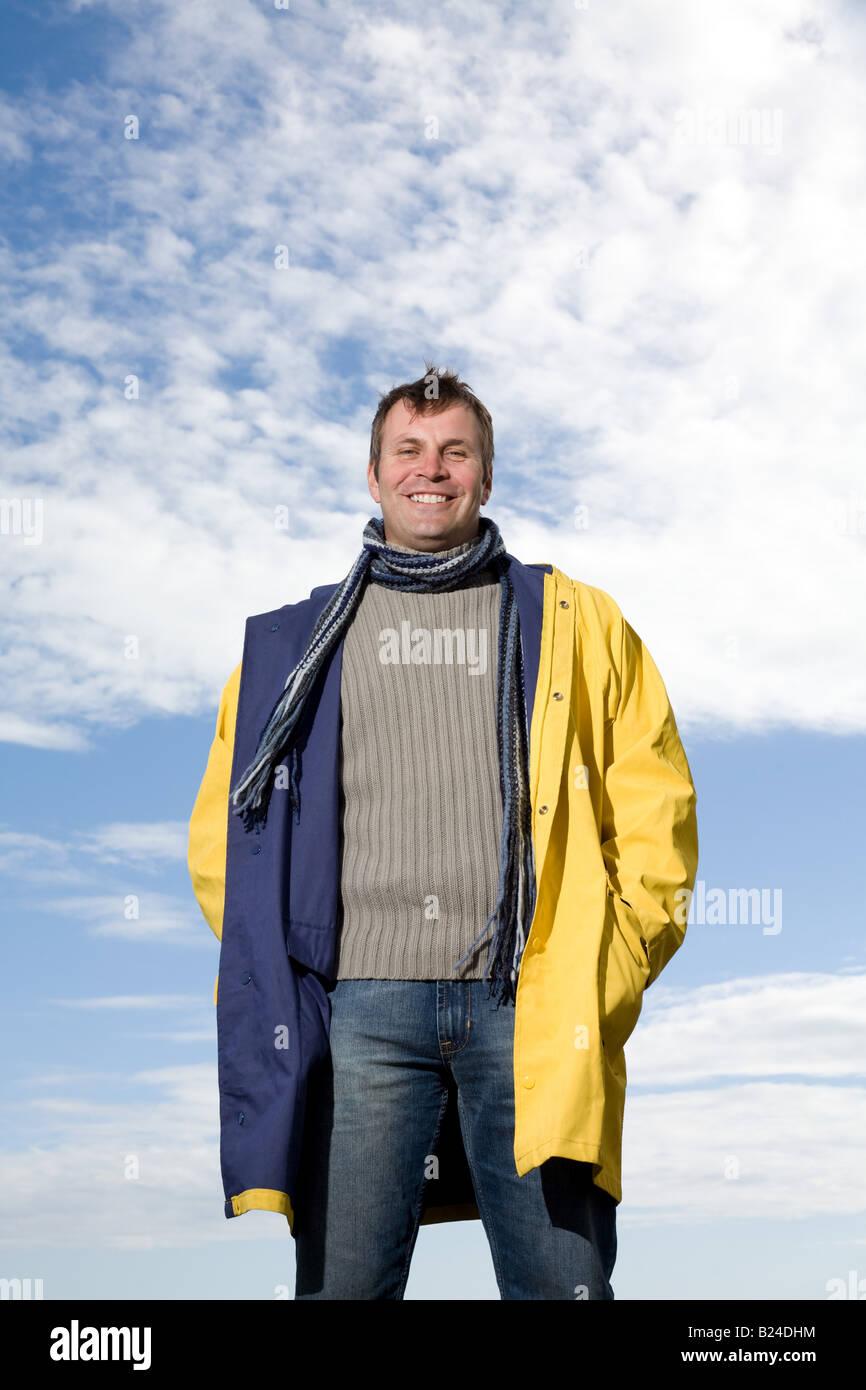 Mann trägt einen Regenmantel Stockbild