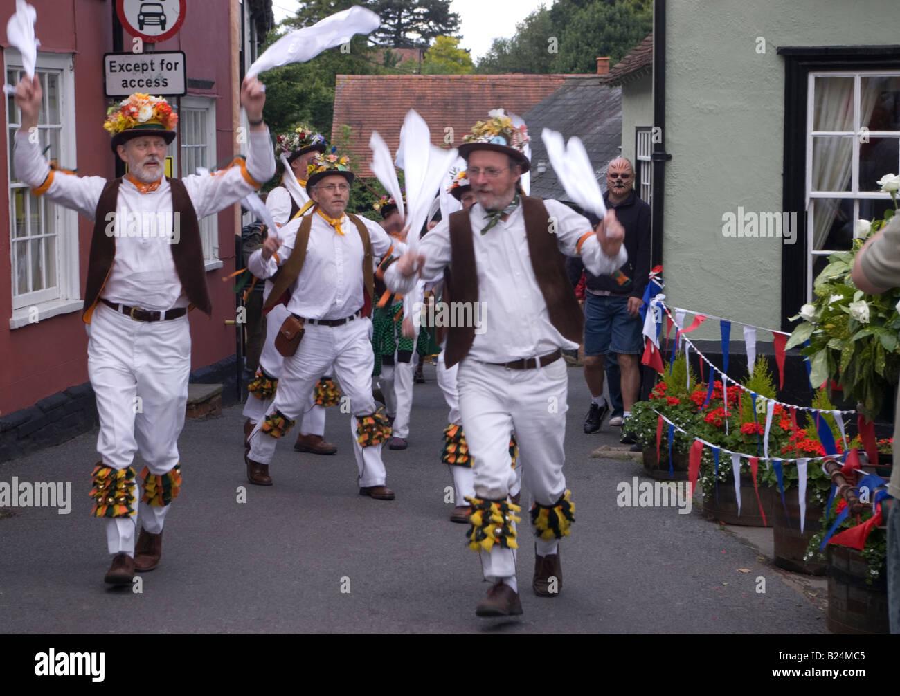 Morris Männer tanzen in den Marktplatz in Dunmow Essex Stockbild