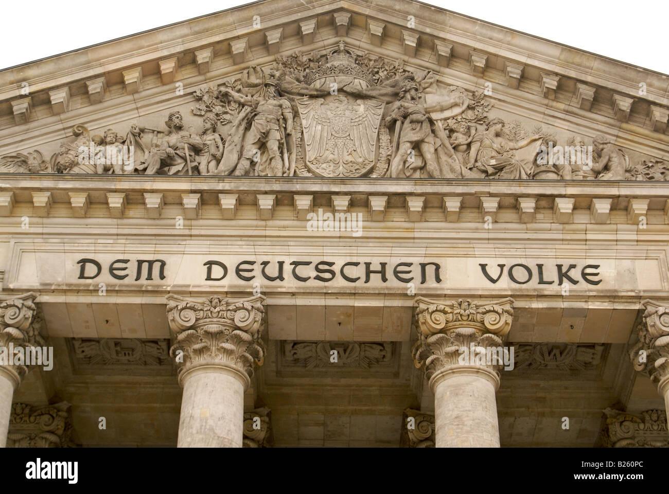 Dem Deutschen Volke (das deutsche Volk), geschrieben am Deutschen Bundestag Stockbild