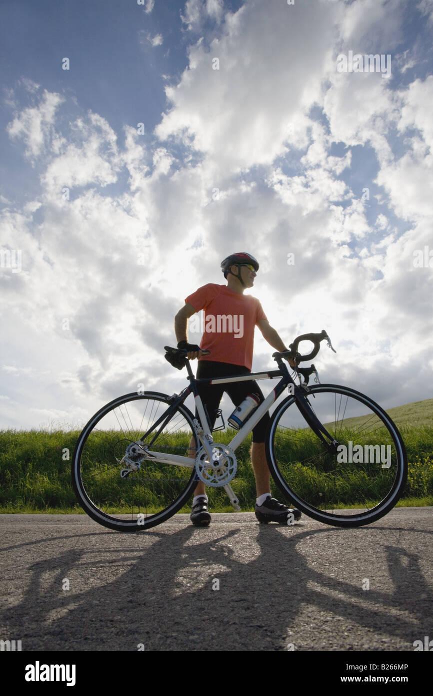 Vorderansicht eines Mannes stehend mit dem Fahrrad unterwegs Stockfoto