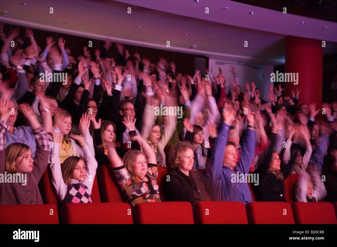 Beteiligung des Publikums während einer Aufführung des musikalischen fünf Jungs namens Moe bei The Stockbild