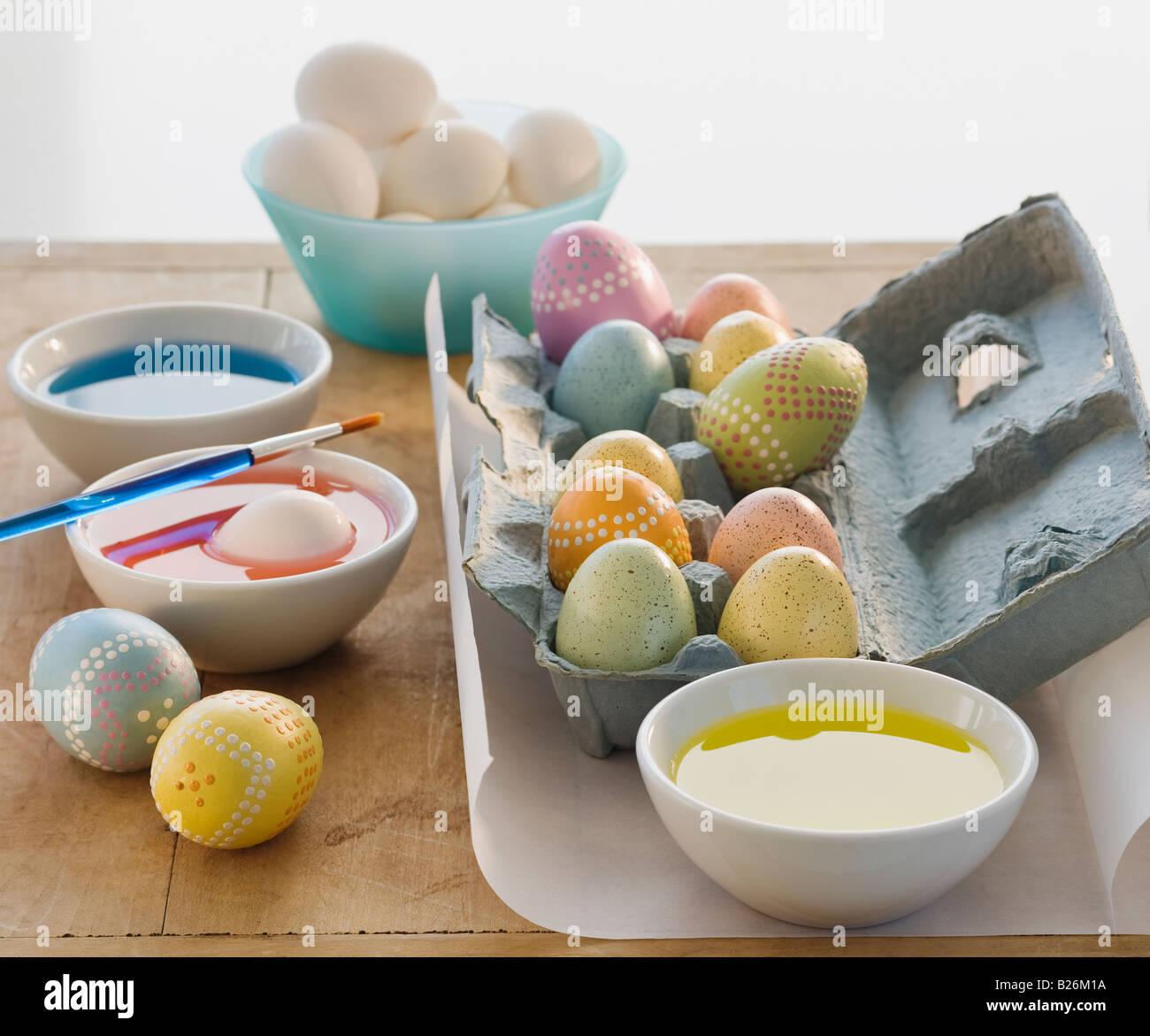 Dekorierten Eiern neben Schüsseln mit Farbstoff Stockbild