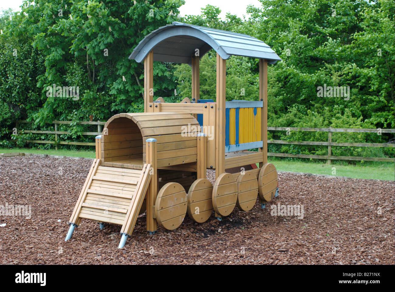 Klettergerüst English : Kinderspielplatz mit klettergerüst in form einer holzeisenbahn