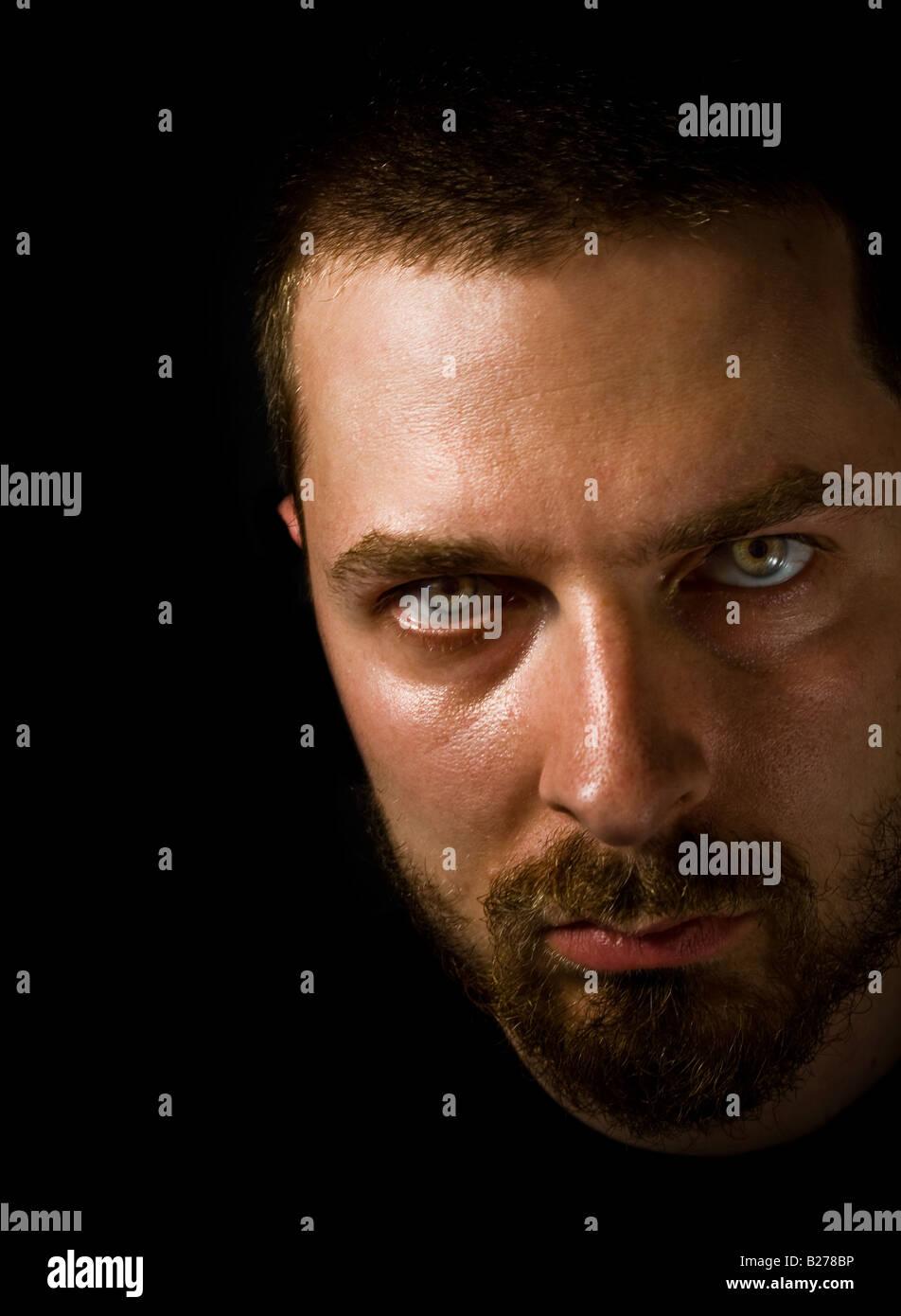 Niedrige wichtige Porträt der unheimliche Mann mit beängstigend Augen Stockbild