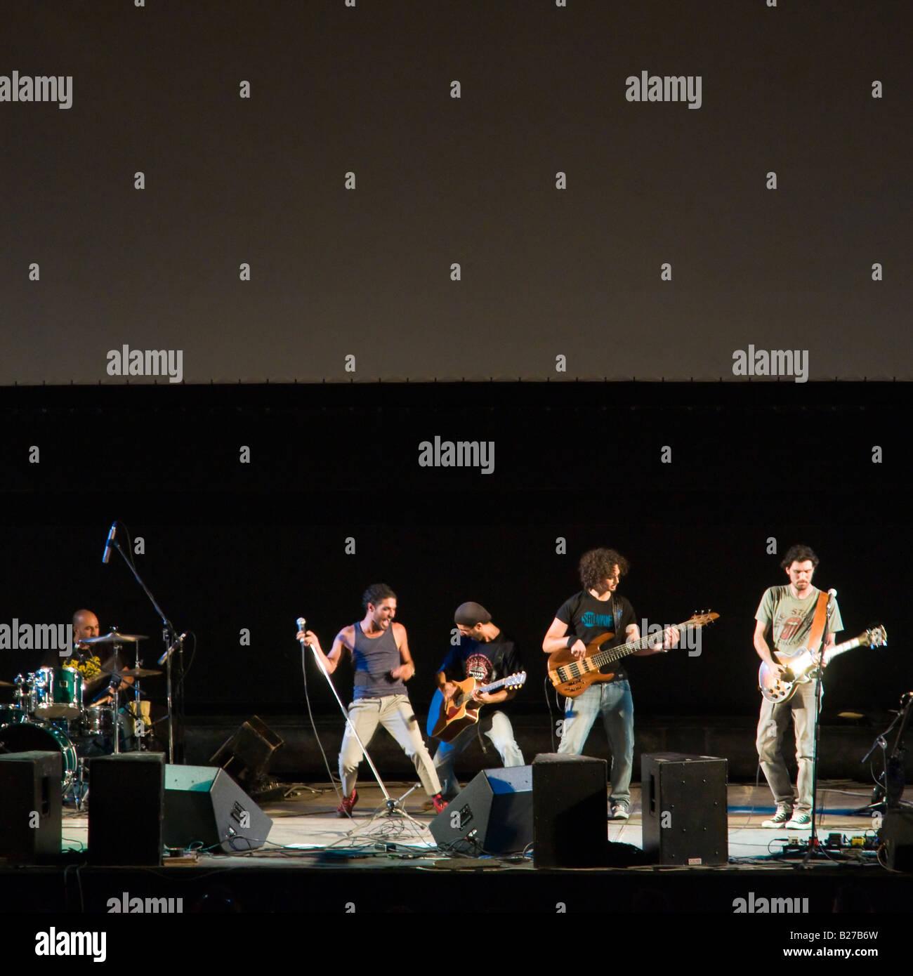 Israel Jerusalem Alter Bahnhof zusammengesetzte Outdoor-Rock-Konzert in der Nacht durch junge Rockband Hatavlinim Stockbild