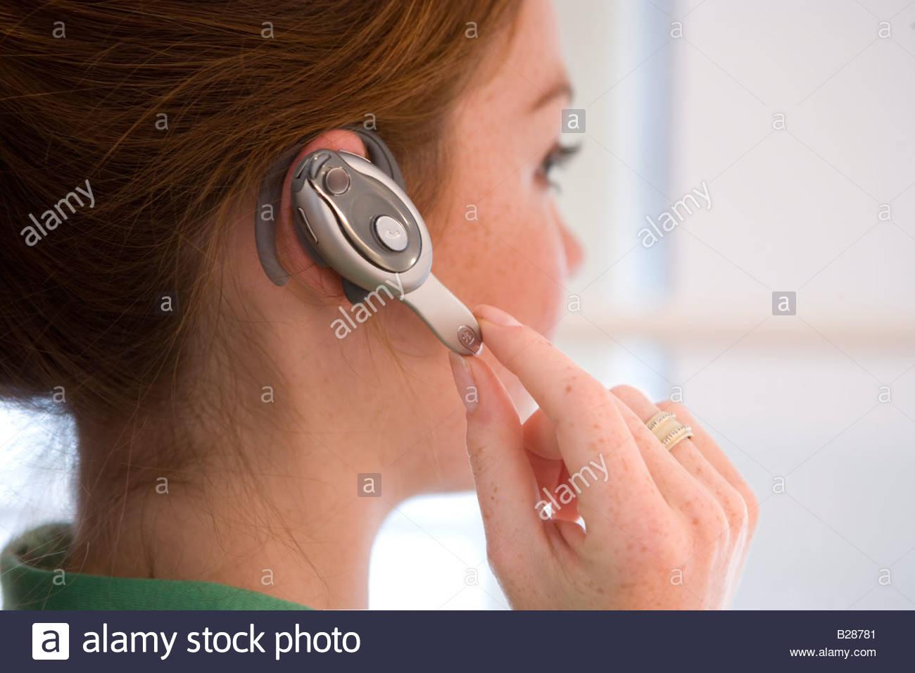 Frau mit Hände frei Gerät, Seitenansicht Stockbild
