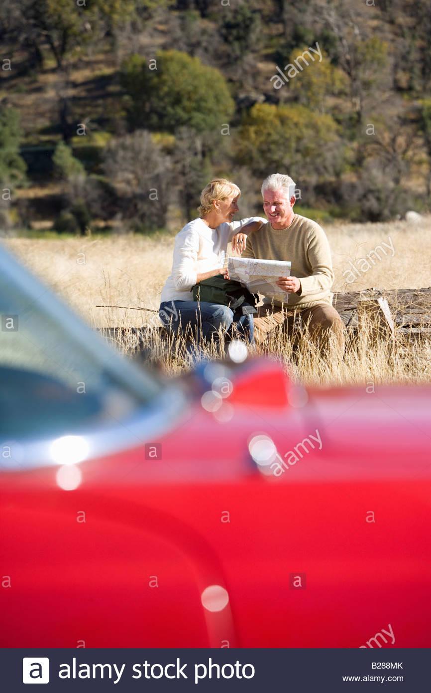 Älteres paar schauen Sie sich die Karte in abgelegenen Gegend Stockbild