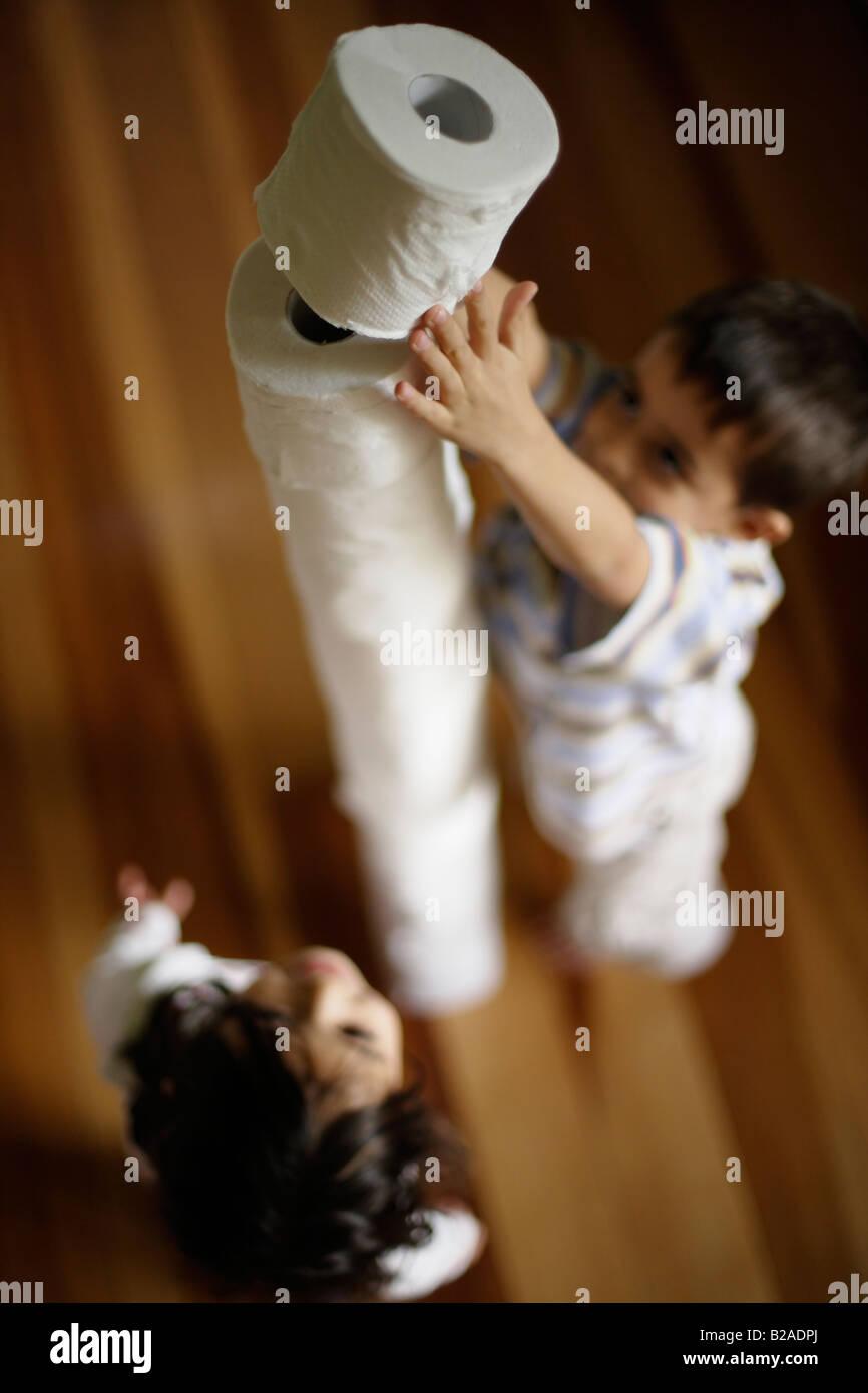 Kinder bauen Turm aus Toilettenpapierrollen junge im Alter von sechs und Schwester fünf Mischlinge indischen Stockbild