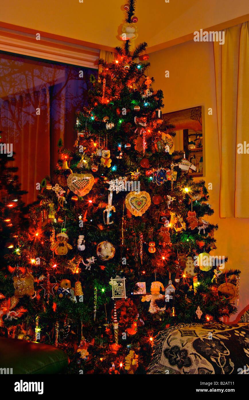 Weihnachtsbaum Künstlich Beleuchtet.Künstlicher Weihnachtsbaum Beladen Mit Farblicht Nach Hause